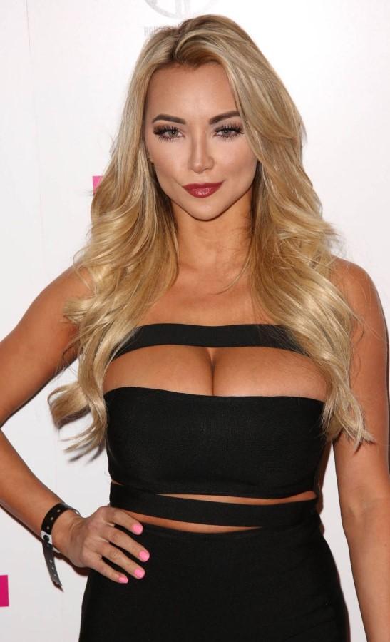 Lindsey pelas boobpedia